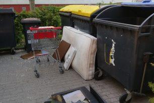 Herumstehende Einkaufswagen und illegale Sperrmüllhalden im Südpark
